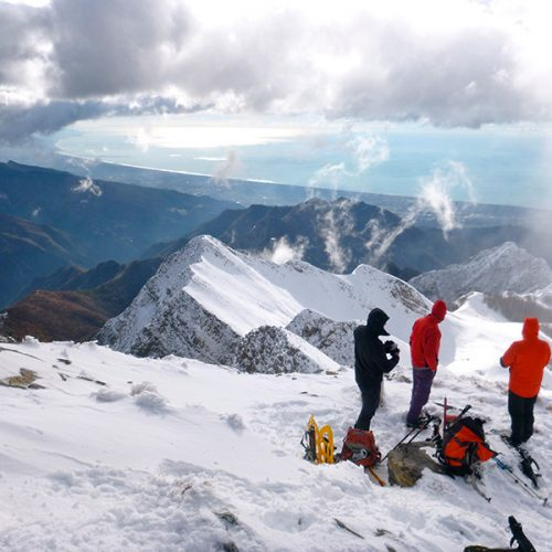 skiing-in-tuscany-apuane-alps-sea-view
