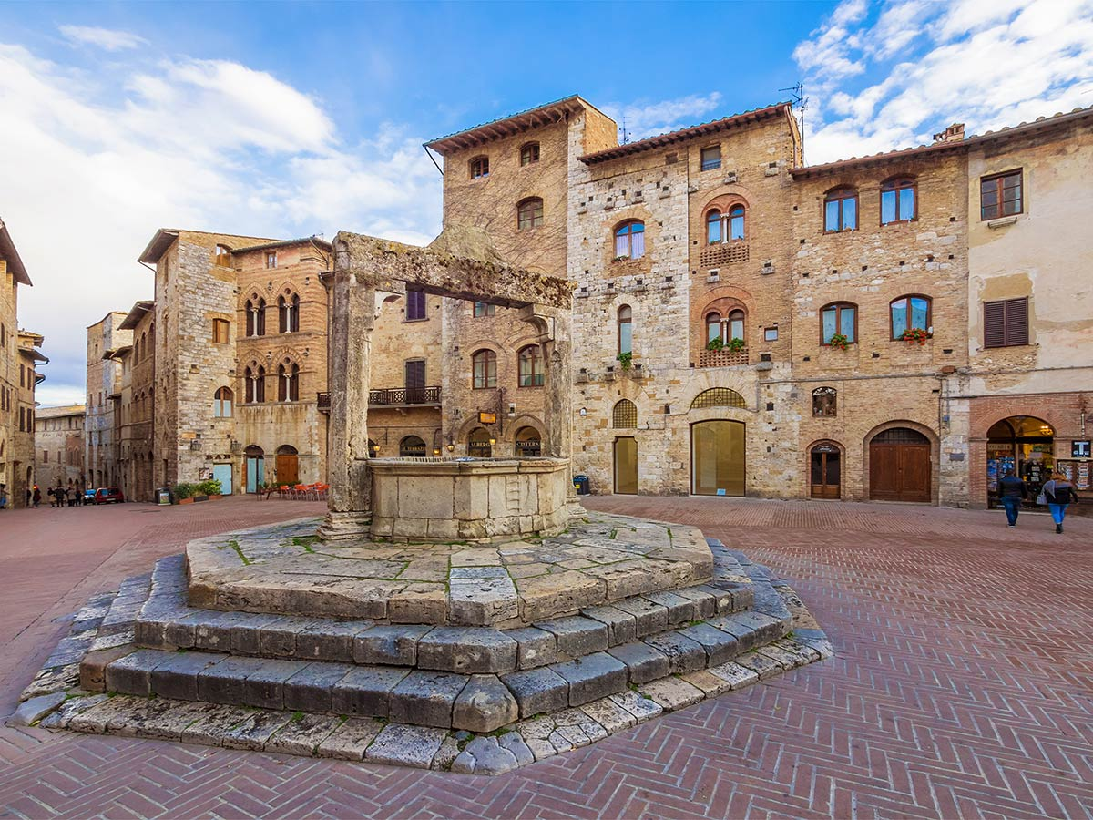 Well in the historic center in san Gimignano